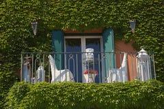 窗口和椅子,波尔图ercole, argentario,意大利 免版税库存图片
