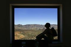 窗口和泰德峰落矶山脉构筑的妇女 库存照片