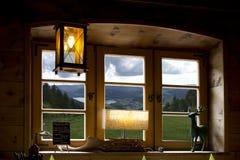 从窗口和湖看见的山 库存照片