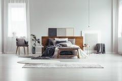 窗口和绘画在卧室 免版税库存图片