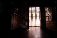 窗口和葡萄酒内部 免版税库存照片