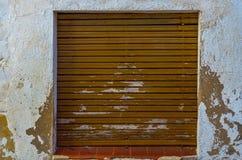 窗口在一个老欧洲风格的大厦关闭,建筑 免版税图库摄影