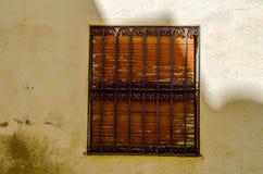 窗口在一个老欧洲风格的大厦关闭,建筑 免版税库存照片