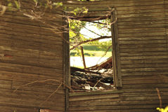 窗口在一个被放弃的房子里 库存图片