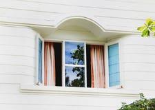 窗口在一栋白色木乡间别墅里 库存图片