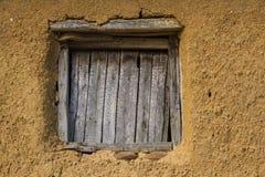 窗口在土坯房里 免版税库存照片