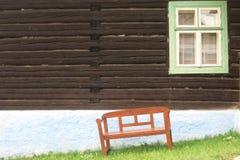 窗口在房子和在长凳下 免版税库存照片
