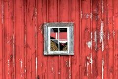 窗口在红色谷仓 库存图片