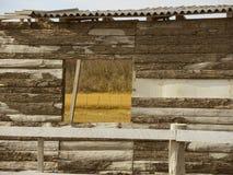 窗口在老农场。 免版税库存图片