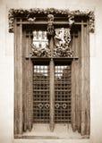 窗口在老城镇厅里 库存照片