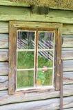 窗口在老木农村房子里 免版税库存图片