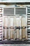 窗口在老木房子里 免版税库存照片