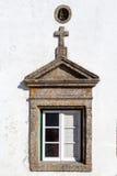 窗口在马尔旺用一个三角山墙饰和十字架装饰了 免版税库存图片