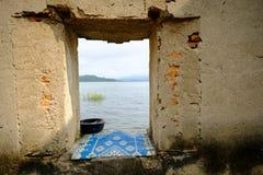 窗口在A公开古老老vihara大厅在森林离开一百年 库存图片