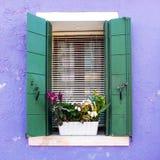 窗口在Burano威尼斯式海岛  免版税库存照片