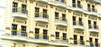 窗口建筑学庄严走廊的旅馆 免版税库存图片