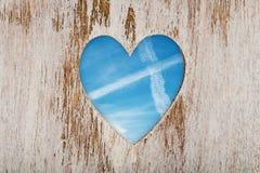 窗口心脏被删去的木头 免版税库存照片