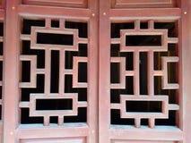 窗口或门格子,有一点开放,木和红色色 免版税库存图片