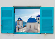 窗口有破火山口和教会,圣托里尼看法  免版税库存照片