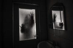 窗口木手举行笼子可怕场面万圣夜概念的恐怖妇女弄脏了巫婆剪影  库存照片