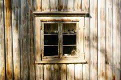 窗口木头在老农厂房子,挪威里 库存照片