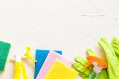 窗口浪花、海绵和手套在灰色背景顶视图,春季大扫除的概念 洗涤剂和清洁辅助部件 ? 库存图片