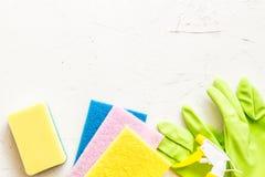 窗口浪花、海绵和手套在灰色背景顶视图,春季大扫除的概念 洗涤剂和清洁辅助部件 ? 免版税库存图片