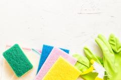 窗口浪花、海绵和手套在灰色背景顶视图,春季大扫除的概念 洗涤剂和清洁辅助部件 ? 库存照片