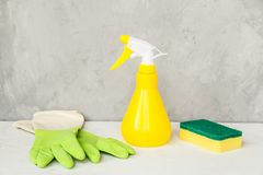 窗口浪花、海绵和手套在灰色背景,春季大扫除的概念 洗涤剂和清洁辅助部件 i 免版税库存照片