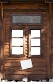 窗口特写镜头在一个木房子里 免版税图库摄影