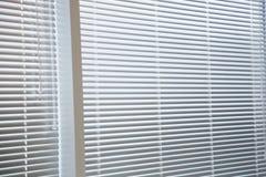 窗口百叶窗在现代办公室 库存图片