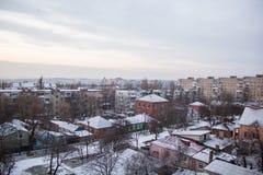 从窗口的冬天视图与房子 免版税库存图片