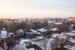 从窗口的冬天视图与房子 库存照片