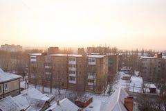 从窗口的冬天视图与房子 免版税库存照片