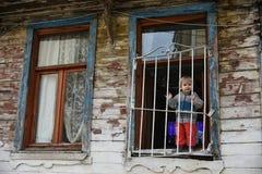 窗口的愉快的孩子 免版税库存照片