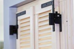 窗口的木窗帘 免版税库存照片