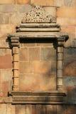 窗口的框架在Qutb的墙壁上被雕刻了minar在新德里(印度) 免版税库存图片