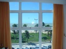 从窗口的海滩 免版税库存照片