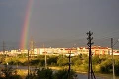 从窗口的看法到工业街道 下雨彩虹 免版税库存图片