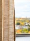 从窗口的看法,秋天,秋天,亚麻制帷幕 免版税库存照片