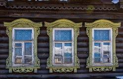 窗口的装饰的元素在一个老俄国房子里 免版税库存照片