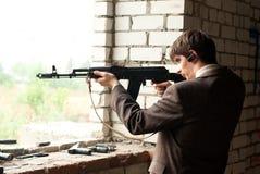 从窗口的年轻人射击 免版税库存照片