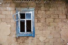 窗口的水平的图象在老被放弃的被烧的房子里 库存照片