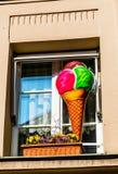 窗口的waffeleis前面的广告 免版税库存图片
