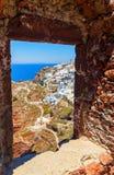 从窗口石制品的看法在Oia,圣托里尼,希腊的郊区 免版税库存照片
