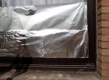 窗口绝缘以铝芯保护房子以防止热波 库存照片