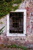 窗口老与石墙 库存照片