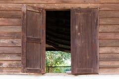 窗口老木老家的 库存照片