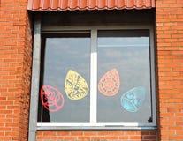 窗口装饰了纸复活节彩蛋,立陶宛 库存照片