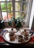 窗口设置的古色古香的银色茶具 库存照片